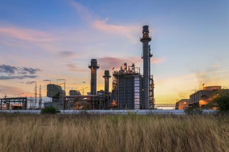 Elektrownia z turbiną gazową o zmierzchu i zmierzchu wspiera całą fabrykę Zdjęcie Seryjne