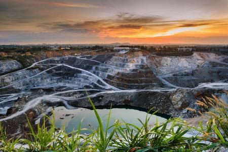 美しい太陽の光と曇り空撮産業露天掘り鉱山採石場 写真素材