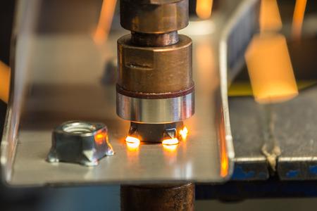 Nahaufnahmepunktmaschine schweißt Mutter zum Metallteil