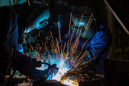Team workers are welding part in factory 版權商用圖片 - 102825023