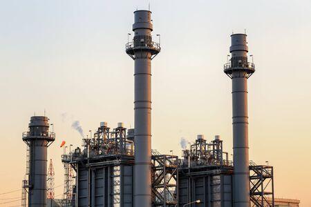 Elektrownia z turbiną gazową o zmierzchu ze zmierzchem obsługuje całą fabrykę w osiedlu przemysłowym