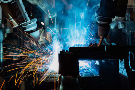 Team industrial robots are welding in factory Banque d'images