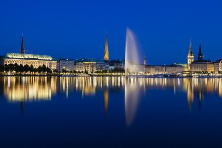 夜、ドイツのハンブルクに噴水がある有名な内アルスター湖
