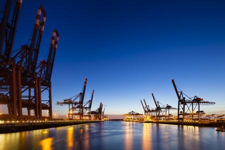 シフト レンズで撮影した、深い青色の夜空と大型コンテナー港