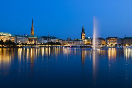 夜にハンブルク、ドイツの噴水で有名な内アルスター湖