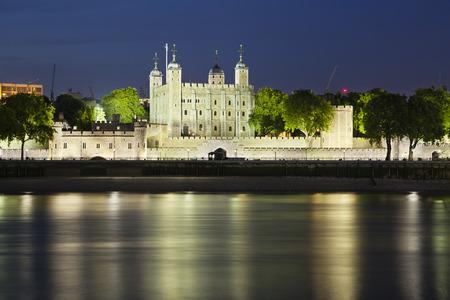 青い夜空にタワー ・ オブ ・ ロンドンの長時間露光ショット。
