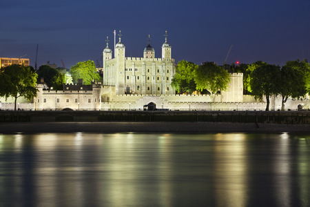 Long exposure shot of the Tower of London with blue night sky. Standard-Bild