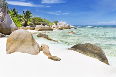 pristine coral reef: Bella spiaggia bianca di Anse Pierrot vicino Fonte D Archivio Fotografico