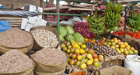 モンバサ、ケニアの古い町の果物と野菜の市場詳細 写真素材