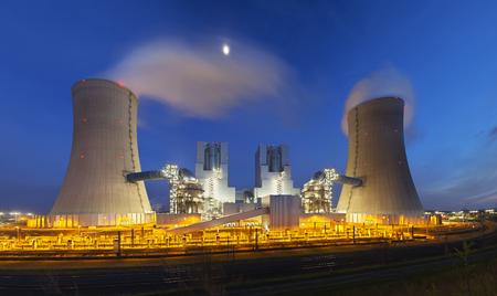 夜の夜の青空とモダンな褐炭の発電所。パノラマ広角撮影します。 写真素材