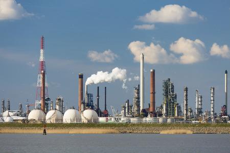 destilacion: Una gran refiner�a con tanques de almacenamiento de gas en el puerto de Amberes, B�lgica, con un mont�n de torres de destilaci�n.