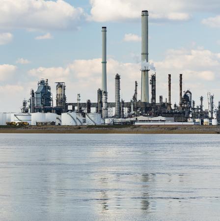 distillation: Una gran refiner�a de petr�leo con pilas de humo en el puerto de Amberes, B�lgica, con un mont�n de torres de destilaci�n.