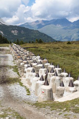 seconda guerra mondiale: L'anti barriera tank in the Moor Plamort sul versante italiano del confine con l'Austria, costruito nella seconda guerra mondiale, nell'ambito del Vallo Alpino
