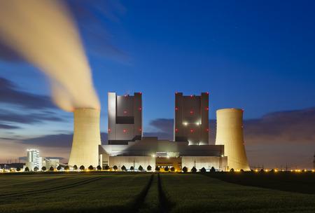 夜フィールドの背後にある石炭火力発電所