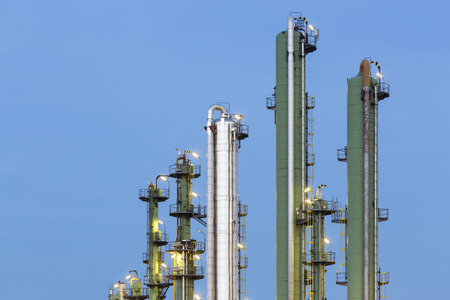 destilacion: Detalle de las torres de destilaci�n verde y plata en una planta qu�mica y de refiner�a con cielo azul noche.