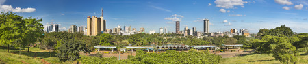 Panoramic view of the skyline of Nairobi, Kenya with Uhuru Park in the foreground. Zdjęcie Seryjne