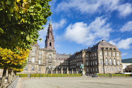 木と、デンマークのコペンハーゲンのクリスチャンスボー城の前の中庭 写真素材