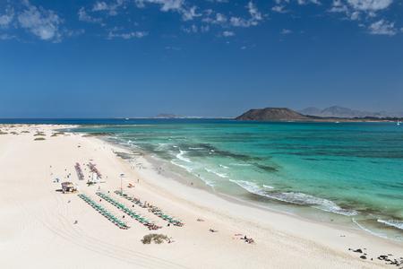 コラレホ ビーチとバック グラウンドでフェルテベントゥラ島、イスラ ・ デ ・ ロボスとランサローテ島とスペインの青緑色の水の空撮。