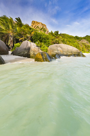 source d eau: Highwater in the lagoon of Anse Source DArgent in La Digue, Seychelles Banque d'images