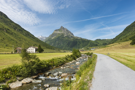 alpen: View along the river Trisanna in Galtur to the mountain Ballunspitze in the Paznaun Valley, Austria