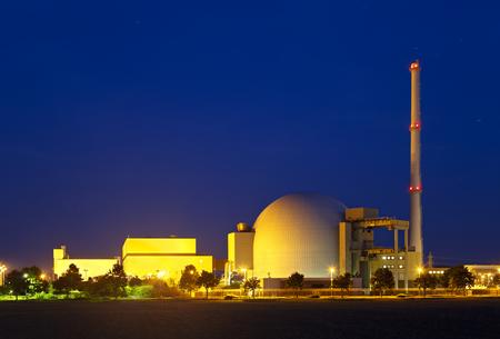 夜の青空で大型の原子力発電所の原子炉建て屋。 写真素材