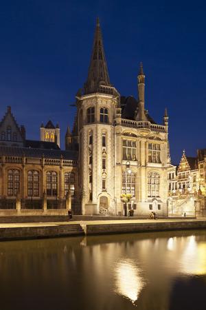 Parte della vecchia costruzione dell'ufficio postale a Gand, Belgio con cielo blu e la riflessione di notte. Archivio Fotografico