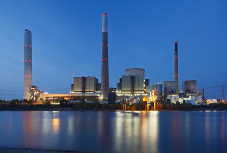 Vista sul fiume Reno a una gigantesca centrale elettrica a carbone con la riflessione. Archivio Fotografico - 92389432