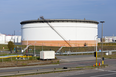 A large oil storage tank in a refinery. Editöryel