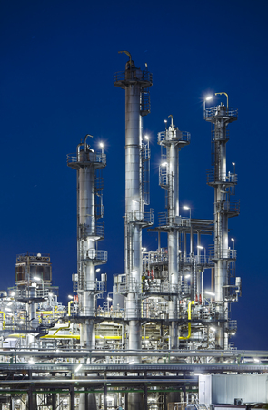 Vertical shot of an oil refinery with night blue sky. Reklamní fotografie - 106667246