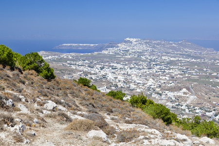 View from the Profitis Ilias over the Santorini caldera with Oia in the background. 免版税图像
