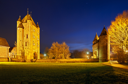 The old Kleve Gate (Klever Tor) in Xanten, Germany. Panoramic night shot with blue sky. 免版税图像