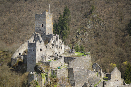 Close view of the castle ruin of the Niederburg Manderscheid in the Eifel, Germany in spring. Banque d'images - 116256365