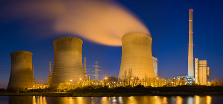Panoramaaufnahme eines Kohlekraftwerks in hoher Auflösung.