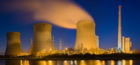 Scatto panoramico ad alta risoluzione di una centrale elettrica a carbone.
