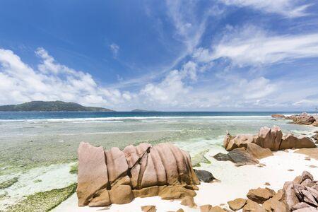 Granitfelsen und klares Wasser in der Lagune von Anse Banane in La Digue, Seychellen