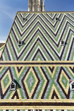 Colorful tiled roof of the St. Stephen's Cathedral (Stephansdom) in Vienna, Austria Standard-Bild