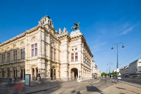 Long exposure shot of the Vienna State Opera (Wiener Staatsoper) with people and traffic passing in Austria. Standard-Bild - 149318820