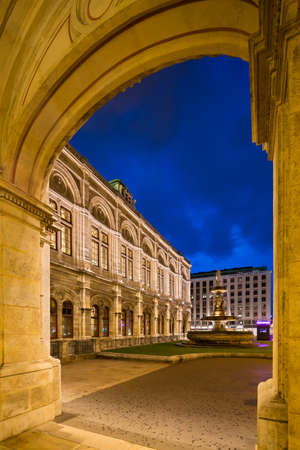 View through an arch of the Vienna State Opera (Wiener Staatsoper) at night in Austria. Standard-Bild - 149318822