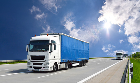LKW transportiert Waren von der Straße - Versand und Logistik Standard-Bild - 93636901