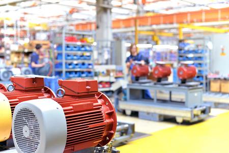 ingénierie mécanique: gros plan de moteurs électriques en production dans une usine moderne Banque d'images
