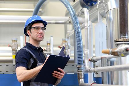 産業労働者は、機能のために工場の技術を検査する - 作業服の組み立て