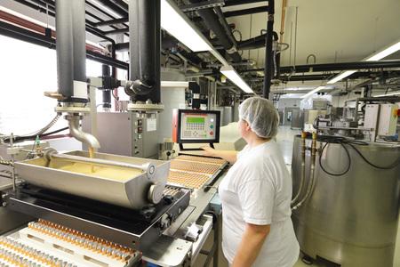 production de biogaz dans une usine pour l & # 39 ; industrie de production - convoyeur convoyeur avec du chocolat
