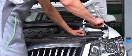 mechanik samochodowy w warsztacie - naprawa i diagnostyka silnika w pojeździe Zdjęcie Seryjne