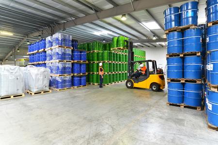 groep werknemers in de logistieke sector werkt in een magazijn met chemicaliën Stockfoto