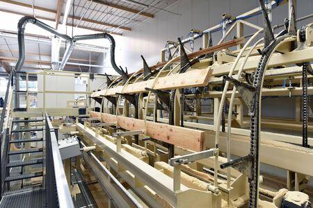 travail du bois/scierie : production et transformation de planches de bois dans une usine industrielle moderne - chaîne de montage en production