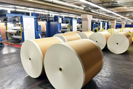 paper rolls and offset printing machines in a large print shop for production of newspapers & magazines Stockfoto
