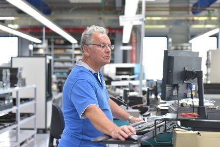 Ingénierie en microélectronique : cadres supérieurs dans la production et l'assemblage de composants électroniques de haute technologie dans une usine moderne