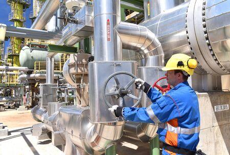 Travailleurs dans une usine industrielle pour la production et le traitement du pétrole brut Banque d'images