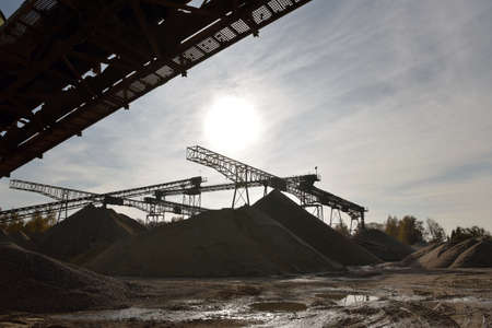 Building and conveyor system in a gravel pit - open-cast mine for sand and gravel