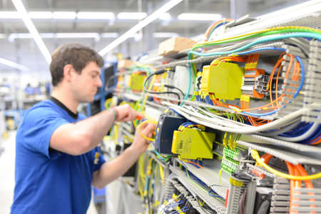 one assembles electronic components on a machine in a factory for mechanical engineering